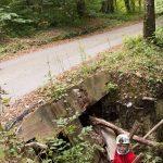 Urušavanje terena na rubu jedne od jama na lokalitetu Medjame. Foto K. Motočić, SKS ©