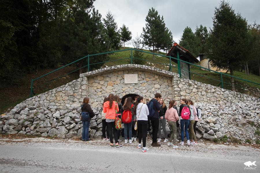 Na staroj vapnenici u Otruševcu učenici su čuli priču o tome kako se nekada od lokalnog vapnenca proizvodilo vapno