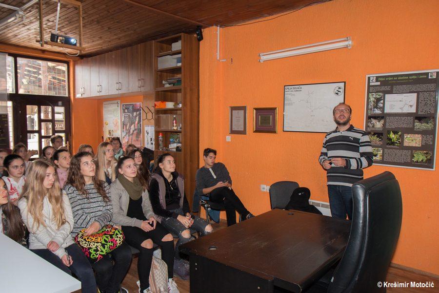Terenska nastava završila je predavanjem o spiljama, sigama, mikroklimi i spiljskim staništima u prostorijama Speleološkog kluba Samobor